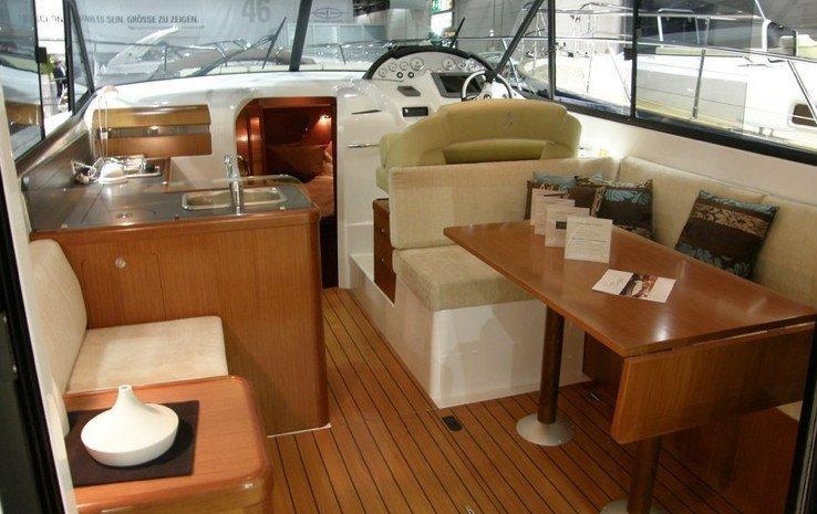 ANTARES 32 FLY. Noleggio barche di lusso a Cannigione.