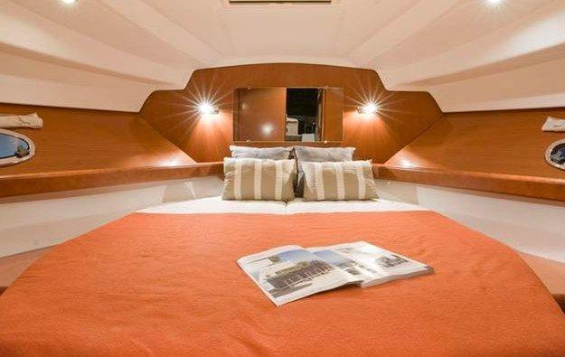 ANTARES 32 FLY. Camera da letto yacht