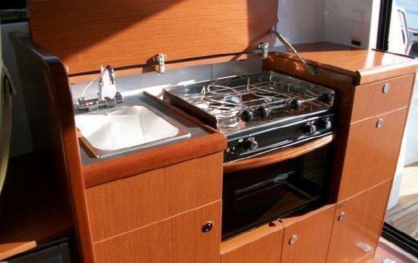 ANTARES 32 FLY. Cucina su yacht