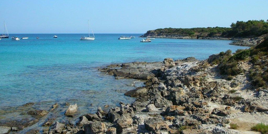 Noleggia una nostra barca a motore e vai alla scoperta dell'isola di San Pietro. Spiaggia dei Guidi a Carloforte.