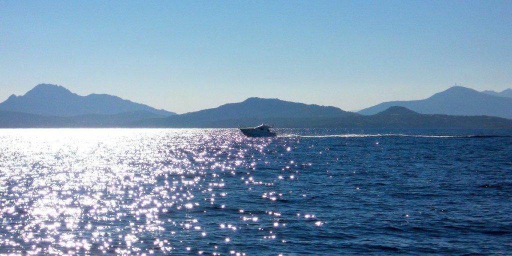 Charter senza equipaggio al Nord Sardegna. Prestige 32 in navigazione nei pressi di Capo Figari.