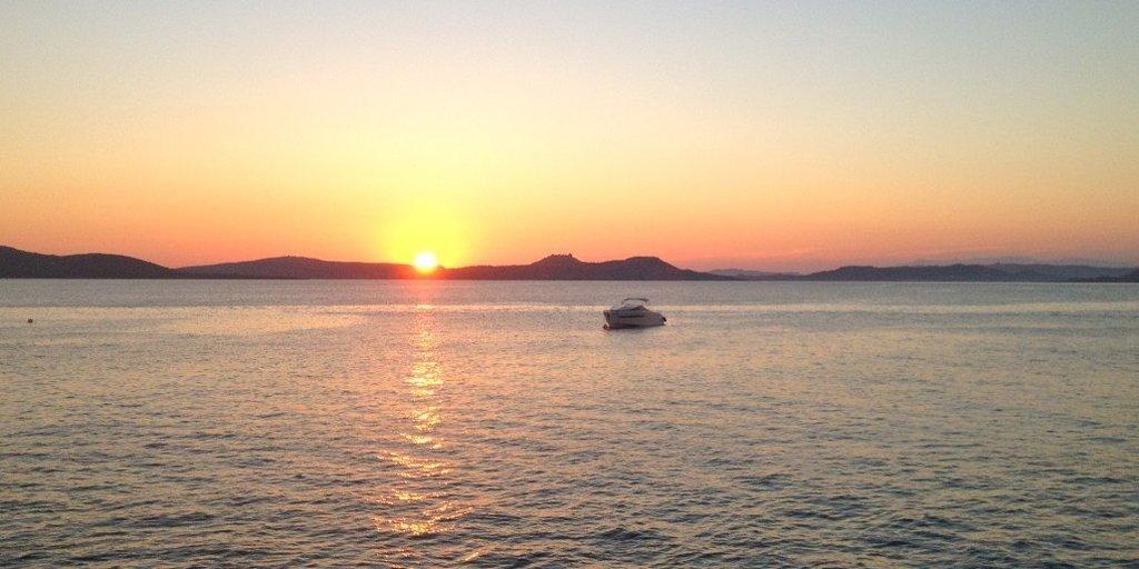 Senti le melodie della Costa Smeralda affittando una barca con noi. Lo yacht Barracuda 42 alla boa del rinomato Phi Beach (Golfo di Arzachena).