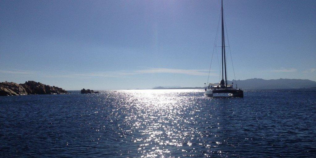 Scegli una delle nostre barche a motore, il modo migliore per vivere i colori dell'Arcipelago della Maddalena. (Cala Coticcio, Caprera)