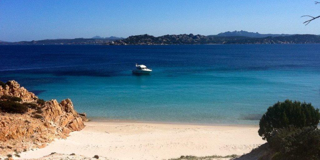 Scopri la magia della Sardegna noleggiando uno yacht a motore. (Isola di Spargi).